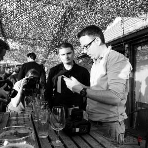 Benjamin Brolet et Michel Yuryev échangeant à propos de la diffusion live des photos sur iPad